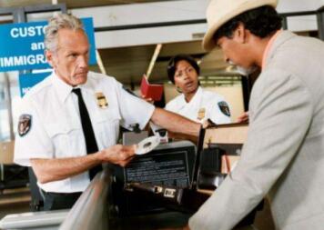 去美国生孩子,为什么被美国海关刁难竟然因为一张机票!