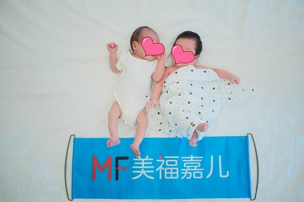 美福嘉儿福利:两个美籍宝宝合拍满月艺术照,萌翻啦!